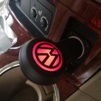 AUTOADAPTÉR S 2 USB PORTY A LED LOGEM, V DÁRKOVÉ KRABIČCE